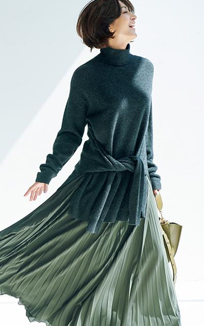 技ありニットとスカートコーデの富岡佳子