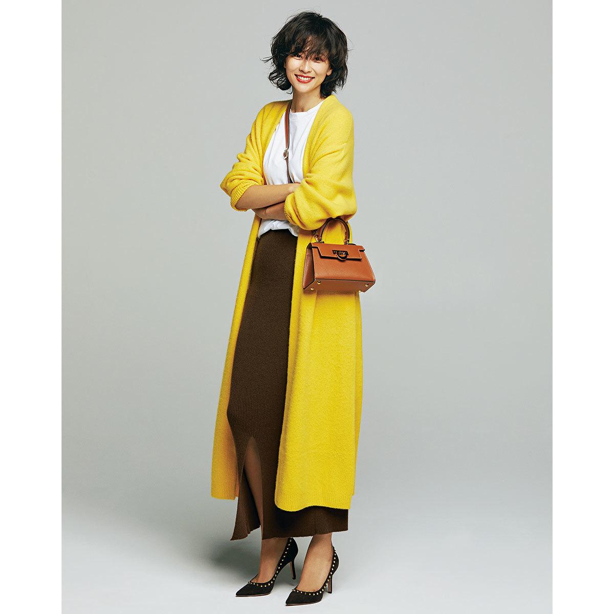 イエローのロングカーディガン×Tシャツ×ニットスカートコーデを着たモデルの五明祐子さん