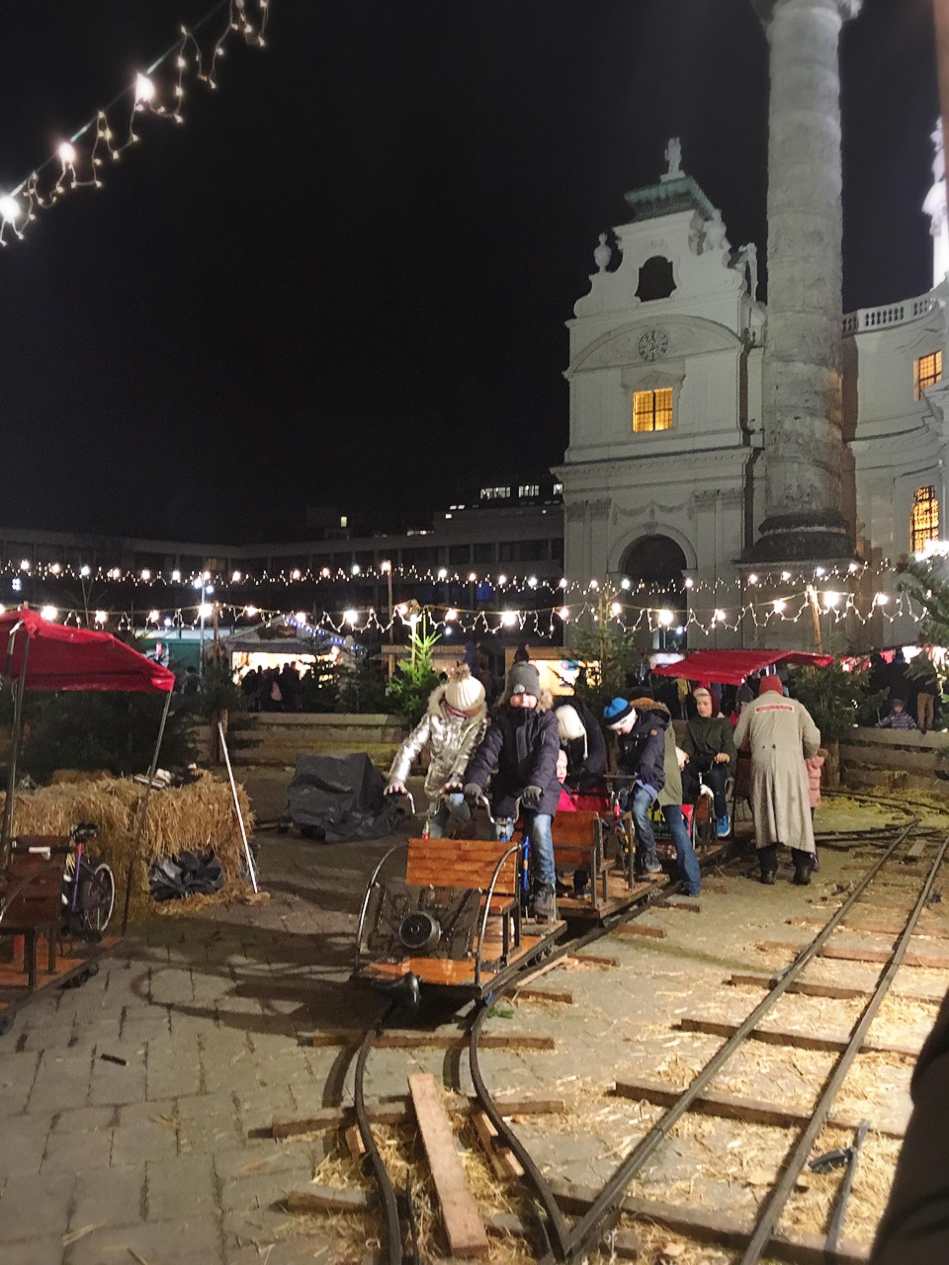 ウィーンのカールス教会のクリスマスマーケット_1_7