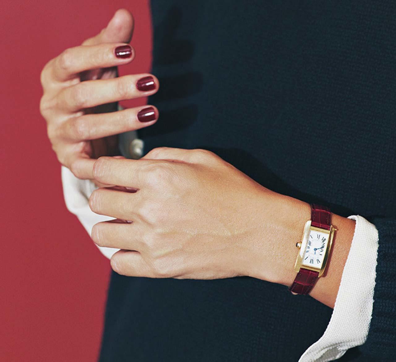 カルティエの腕時計をしたモデルの竹下玲奈さん