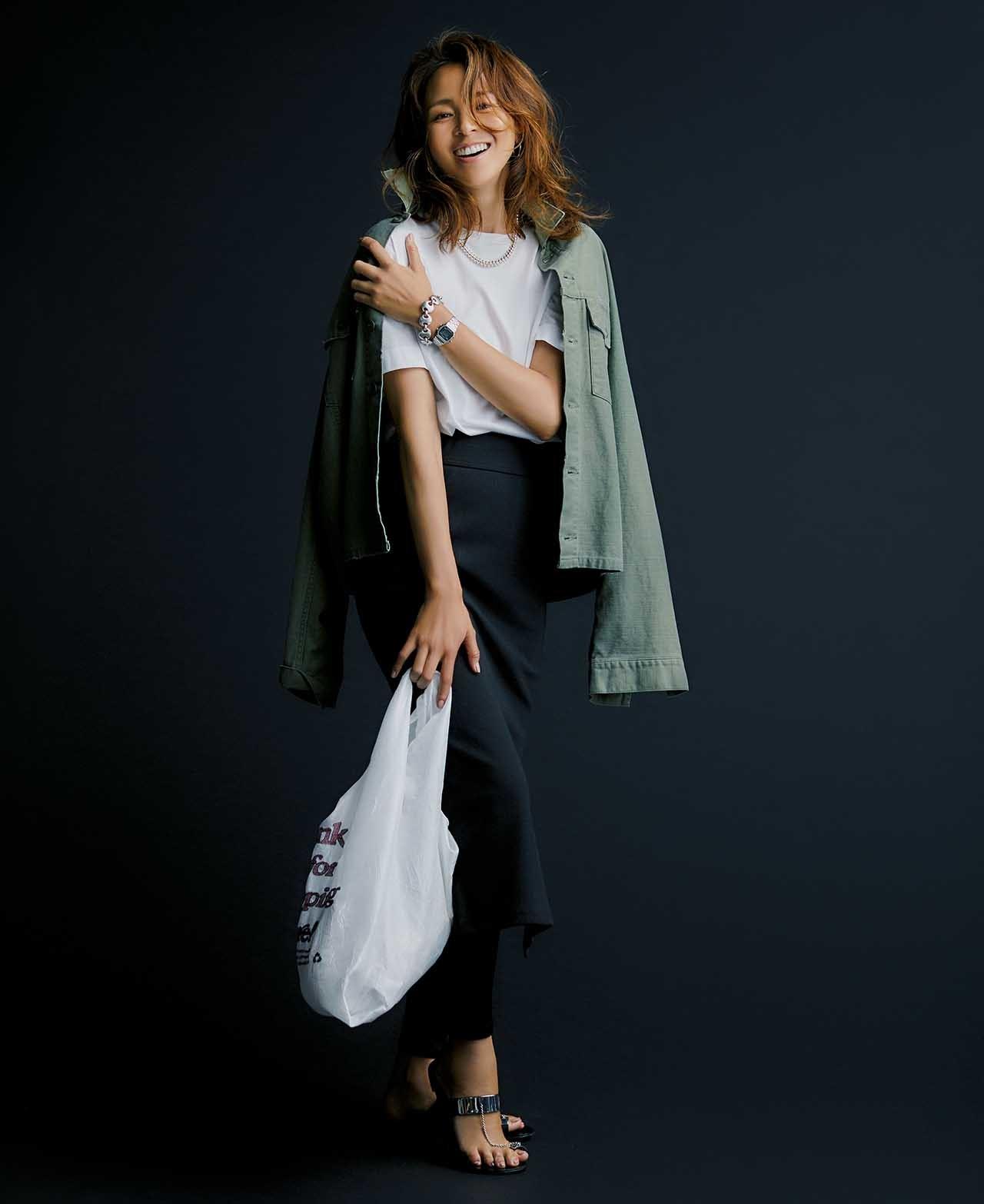 SLOANEの白Tシャツ×黒のタイトスカートコーデを着たモデルのSHIHOさん