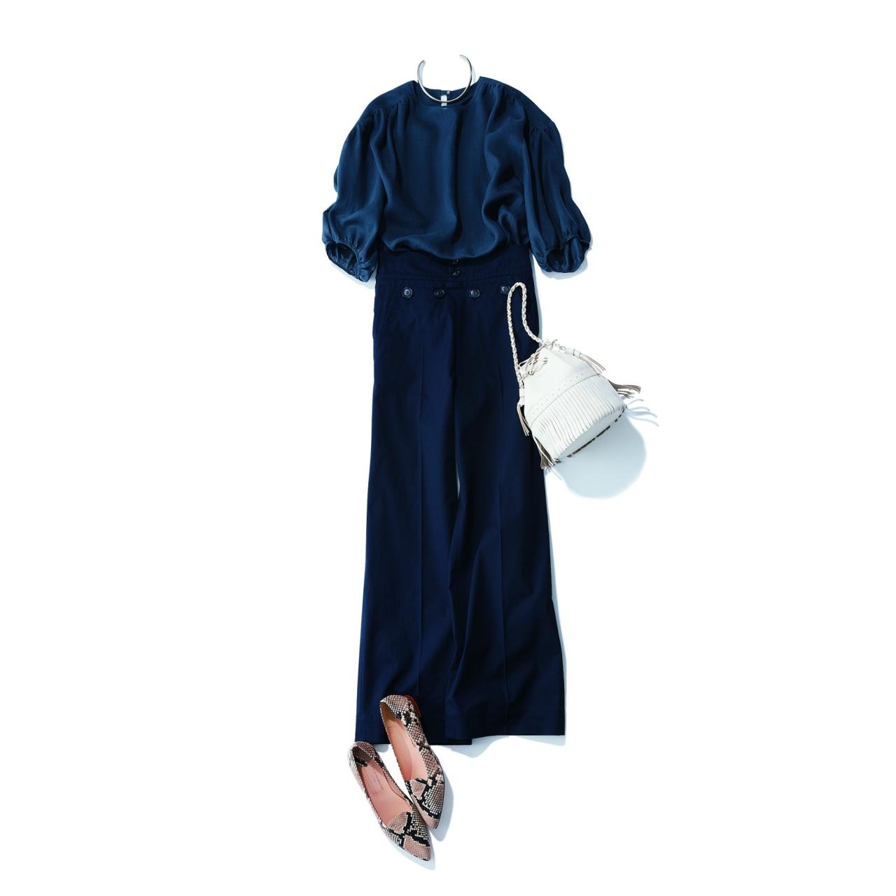 ネイビーパンツ×シアーブラウスのファッションコーデ