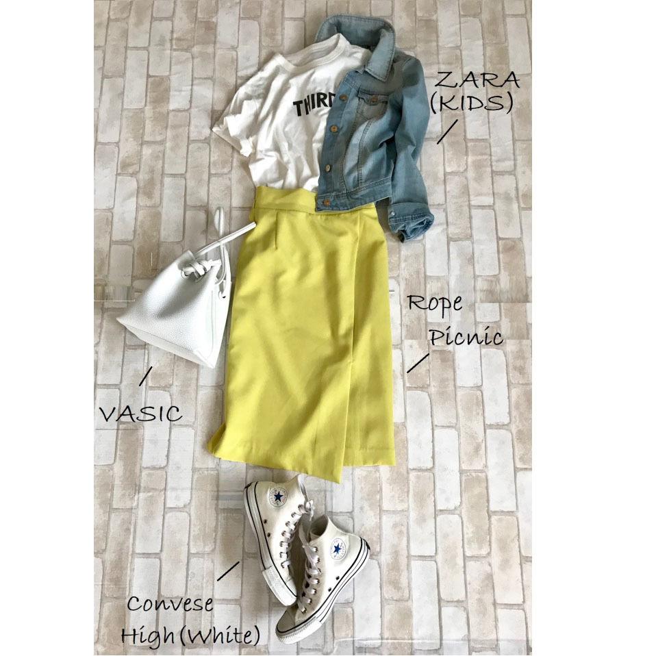 白コンバースのハイカットスニーカー×Tシャツ&イエロースカートのファッションコーデ