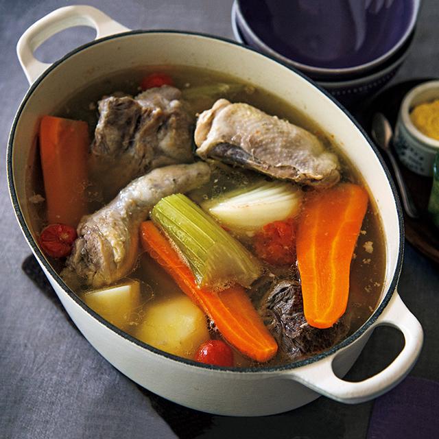 牛、豚、鶏……多種類の肉と野菜をじっくり煮込む北イタリアの郷土料理。緑のソースでおいしさが倍増。