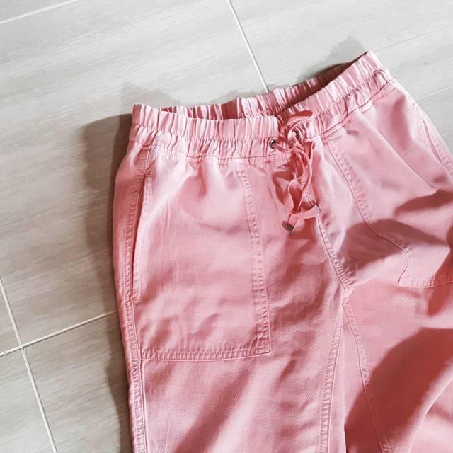 ZARAで見つけたきれいなピンク色のジョガーパンツ。