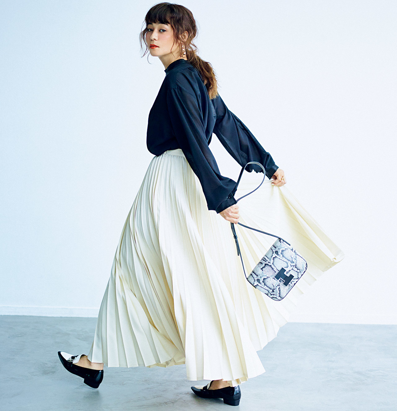 ■ブラウス×上品軽やかプリーツスカートコーデ