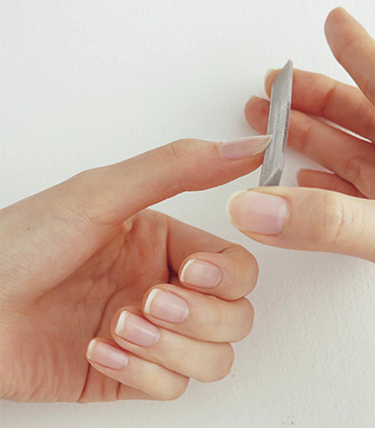 爪に対してやすりを45度の角度で当てて削る