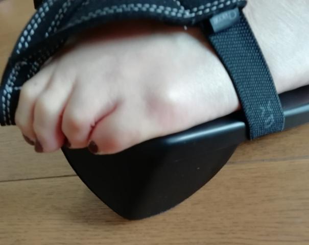 足指全体でグーポの先端部分をしっかり掴みます。この状態で歩くの、かなりきつい。