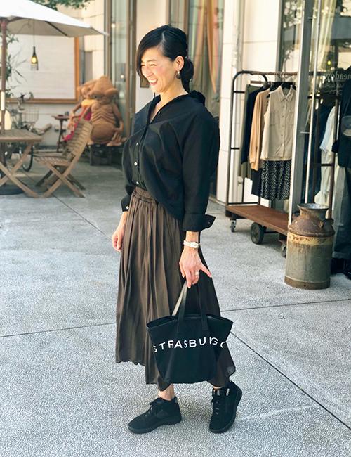 下北沢へショッピングに行ったときのひとコマ。スニーカーの黒に合わせて、黒シャツとブラウンのロングスカートをチョイス。
