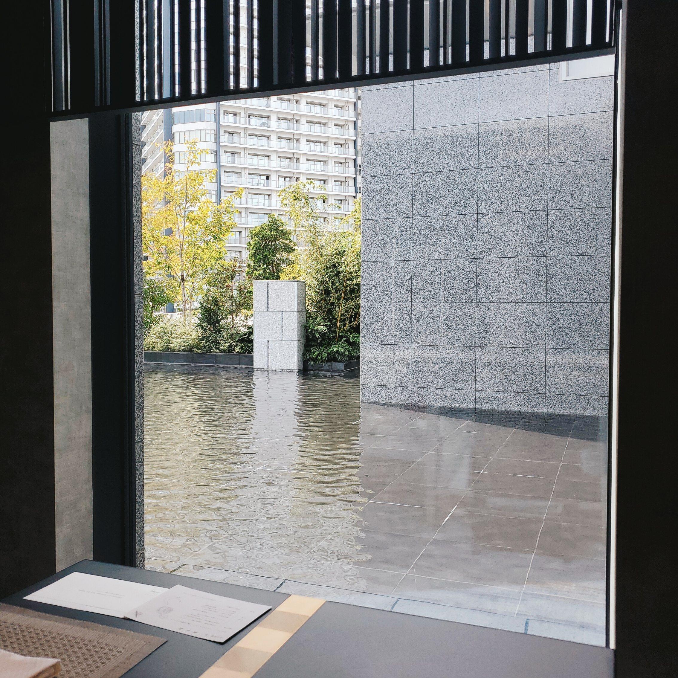 大きな窓から見える水面 水の動きの波形がよい感じでみえます