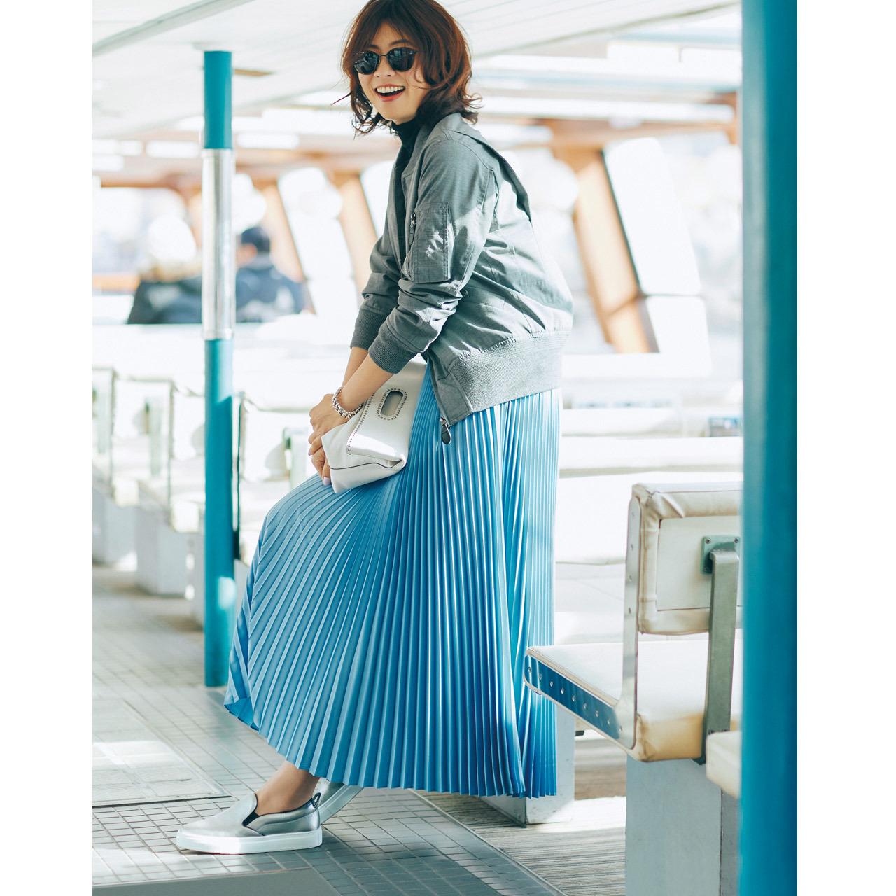 シルバースニーカー×ブルゾン&ロングスカートのファッションコーデ