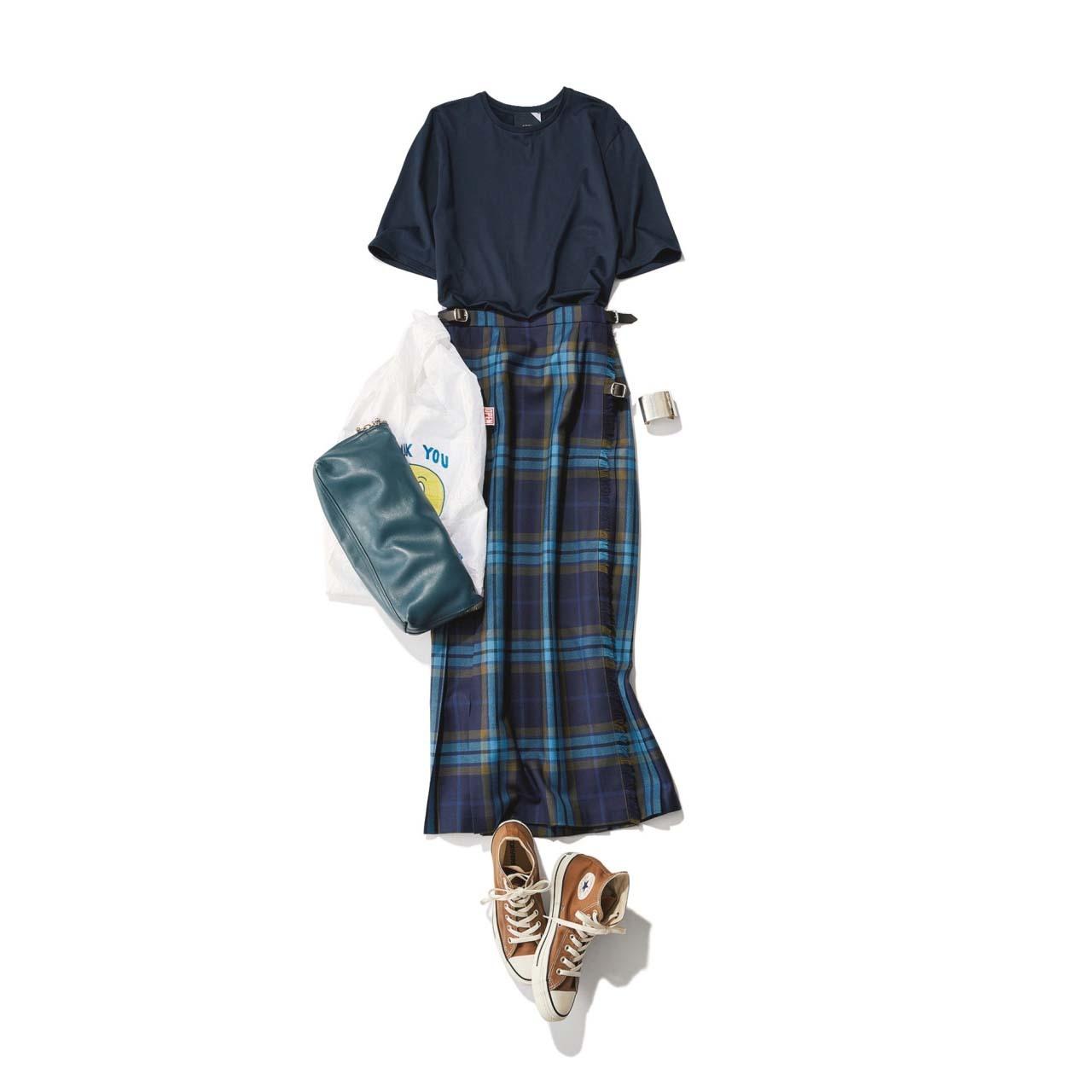 ネイビーTシャツ×チェック柄スカート×ハイカット・ブラウンコンバースコーデ