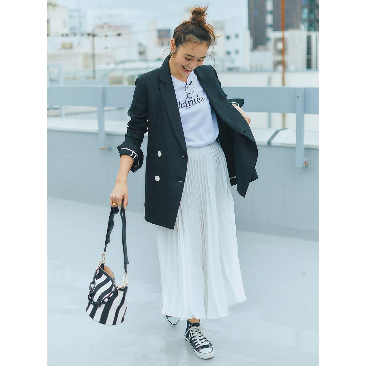 ロゴTシャツ×ジャケット×プリーツスカートコーデを着たモデルの竹下玲奈さん