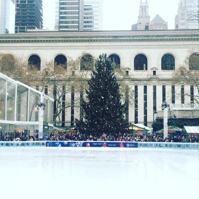 ブライアントパークにもクリスマスツリーとスケートリンクが登場