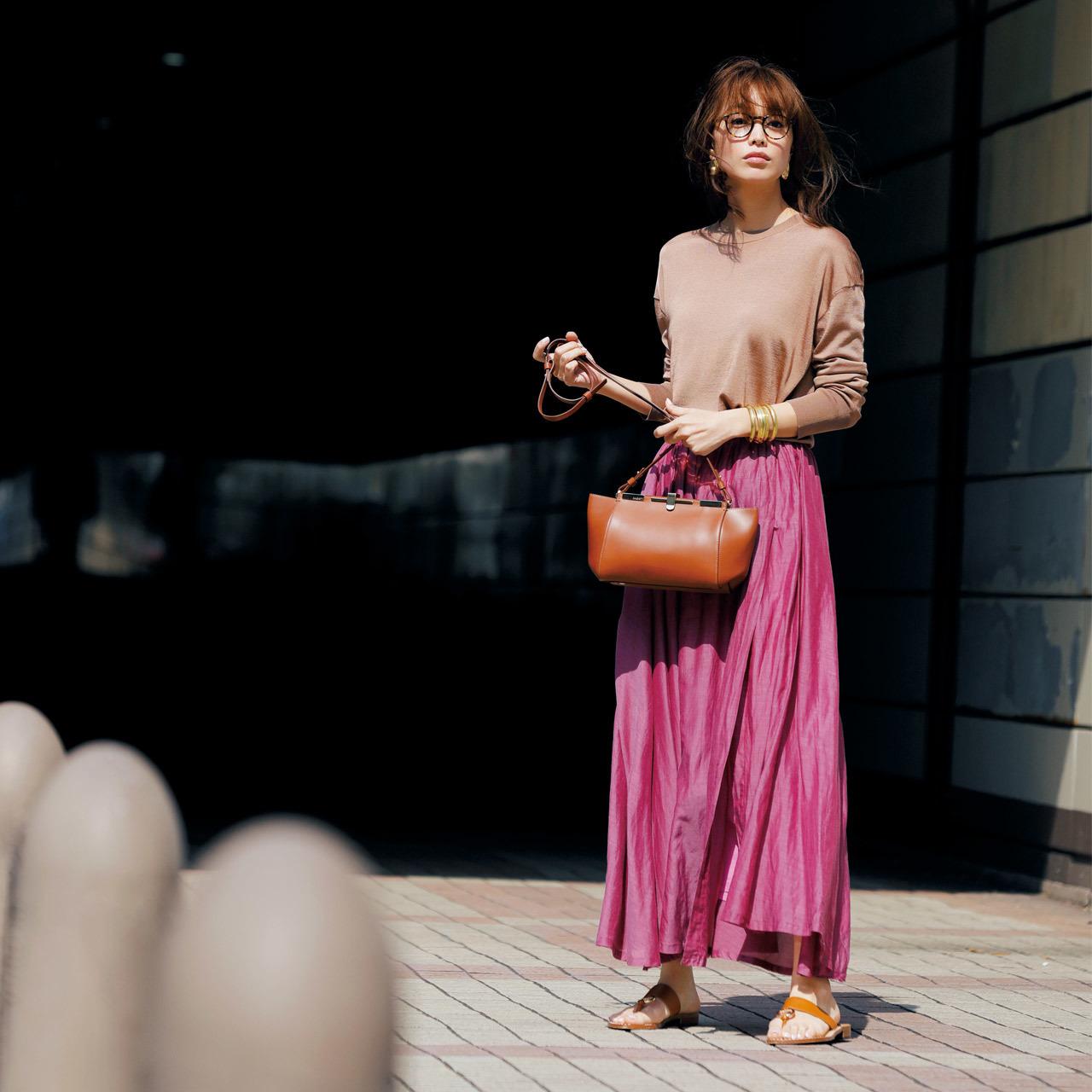キャメルのハイゲージニット×大人ピンクのシルクマキシスカート