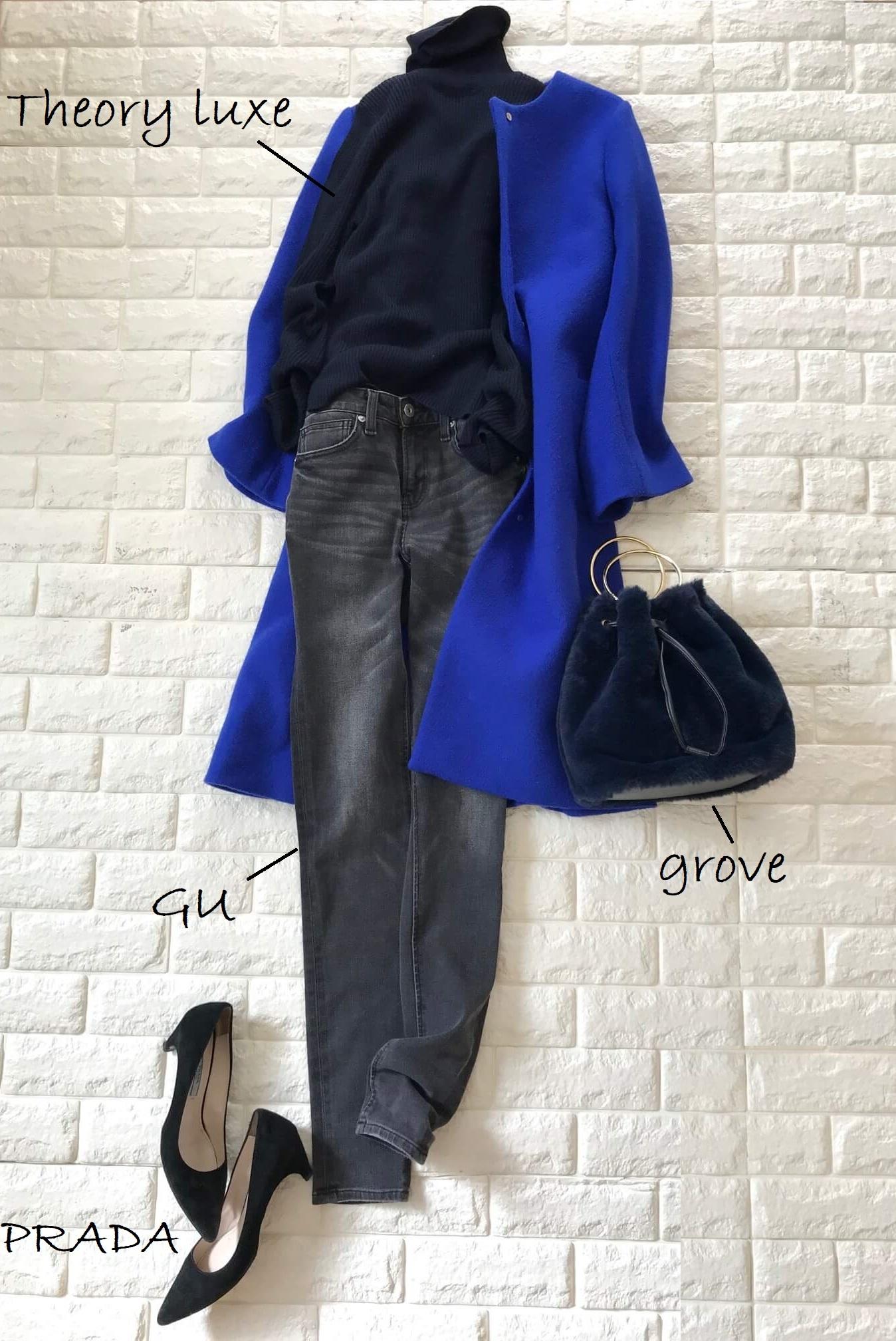 ブルーのコートとデニムを合わせたコーデ