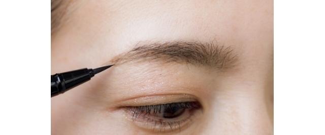 生えていない眉じりも02でぼかしたパウダーの範囲を目安に、リキッドの毛先でスッスッと描き足す。