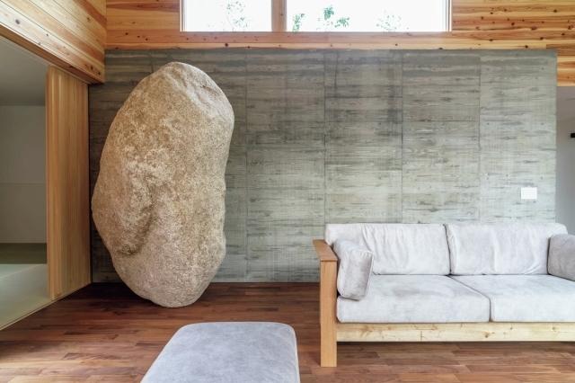 地元産の菰野石(こものいし)の巨石を配したヴィラ「石砬(せきろう)」