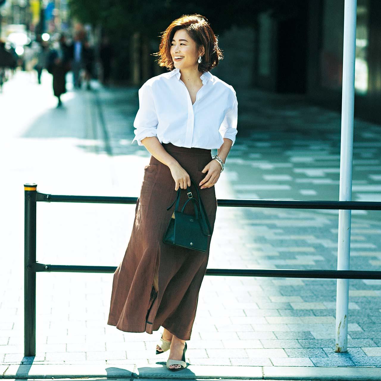 白シャツ×スカートコーデを着た三尋木さん