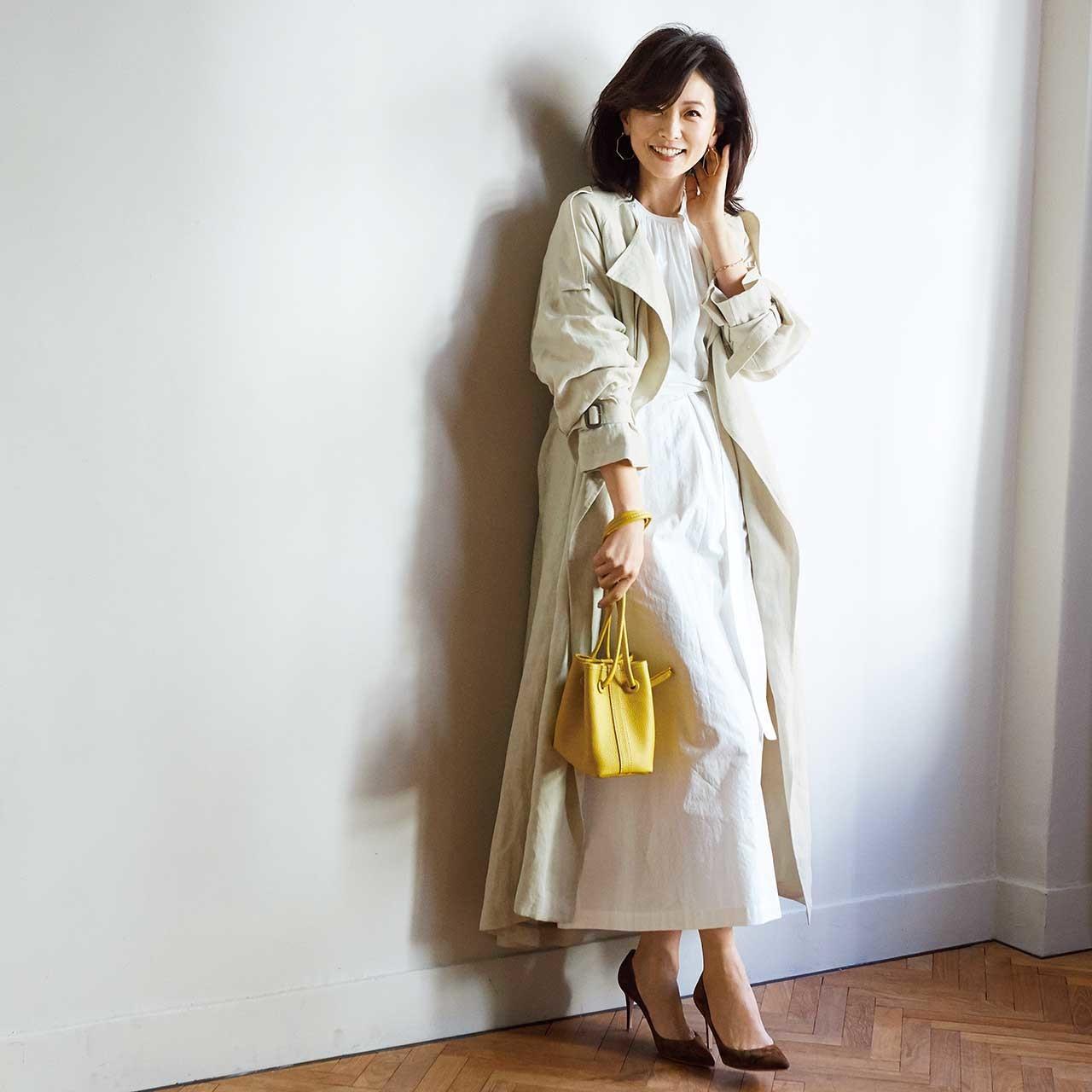 ロングワンピース×ロングコートコーデを着たモデルの五明祐子さん
