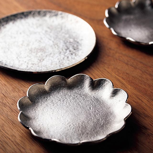 使い勝手のよい小皿は柔らかな感触で金属とは思えぬぬくもり