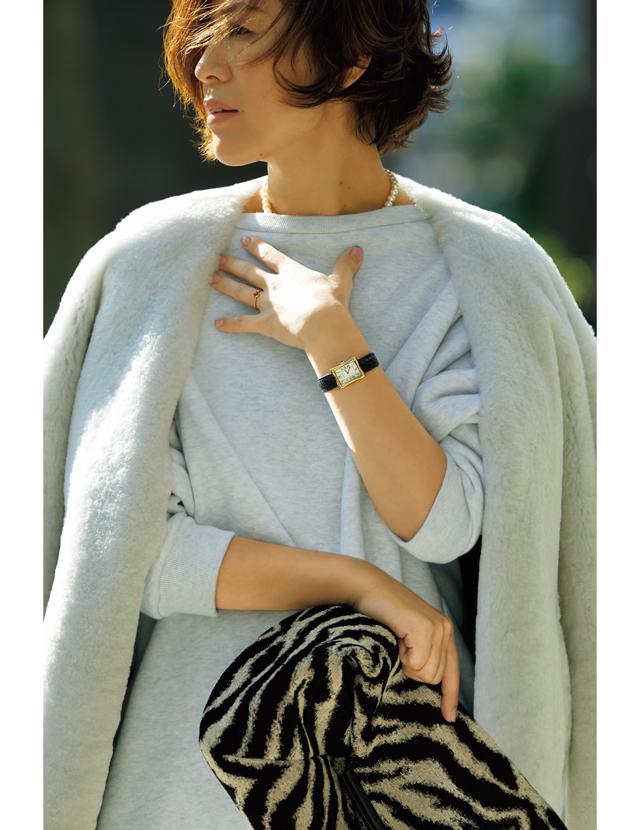 スウェットにパールネックレスを合わせたカジュアルスタイルの大草直子さん