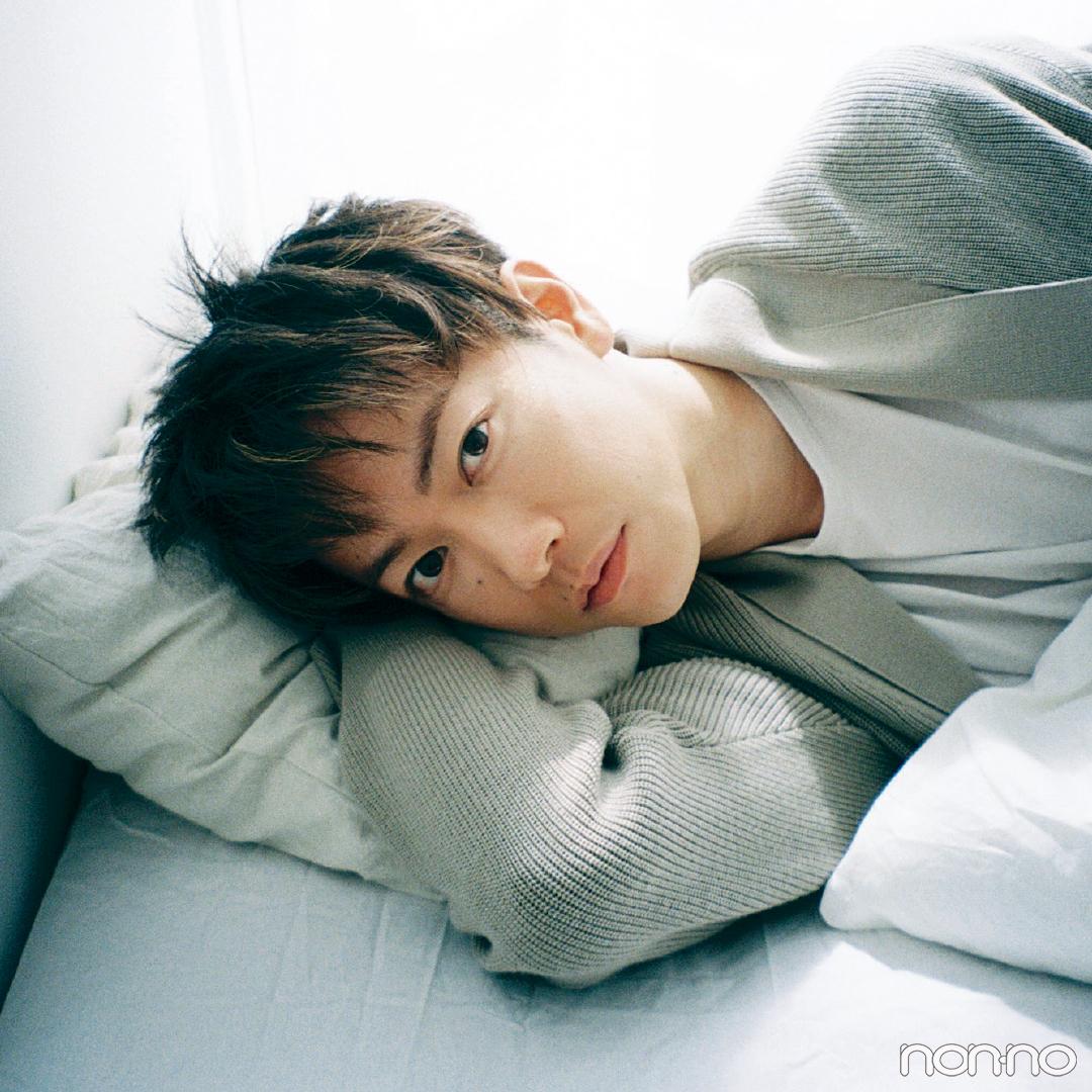 ベッドで横たわる佐藤健2