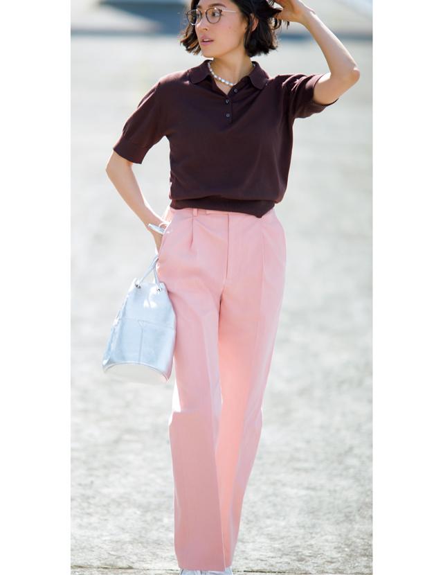 メンズライクなシルエットの一本なら甘めなピンクも大人顔に