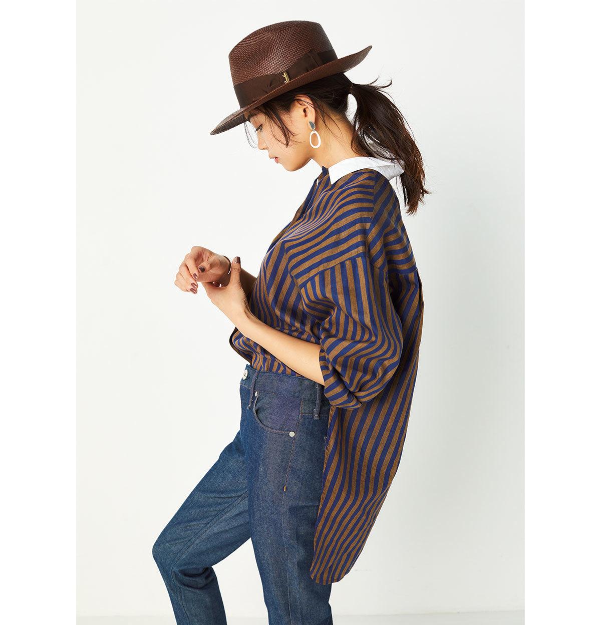 ブラウンストライプシャツとブラウンハットのモデルコーデ