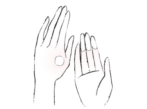 手の甲に出した日焼け止めを3本の指にとる