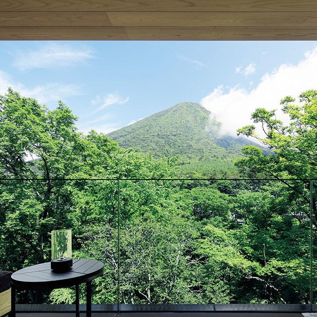 最上階の「男体山ビュー」の客室では、バルコニーと縁側ラウンジから山の雄姿が眺められる