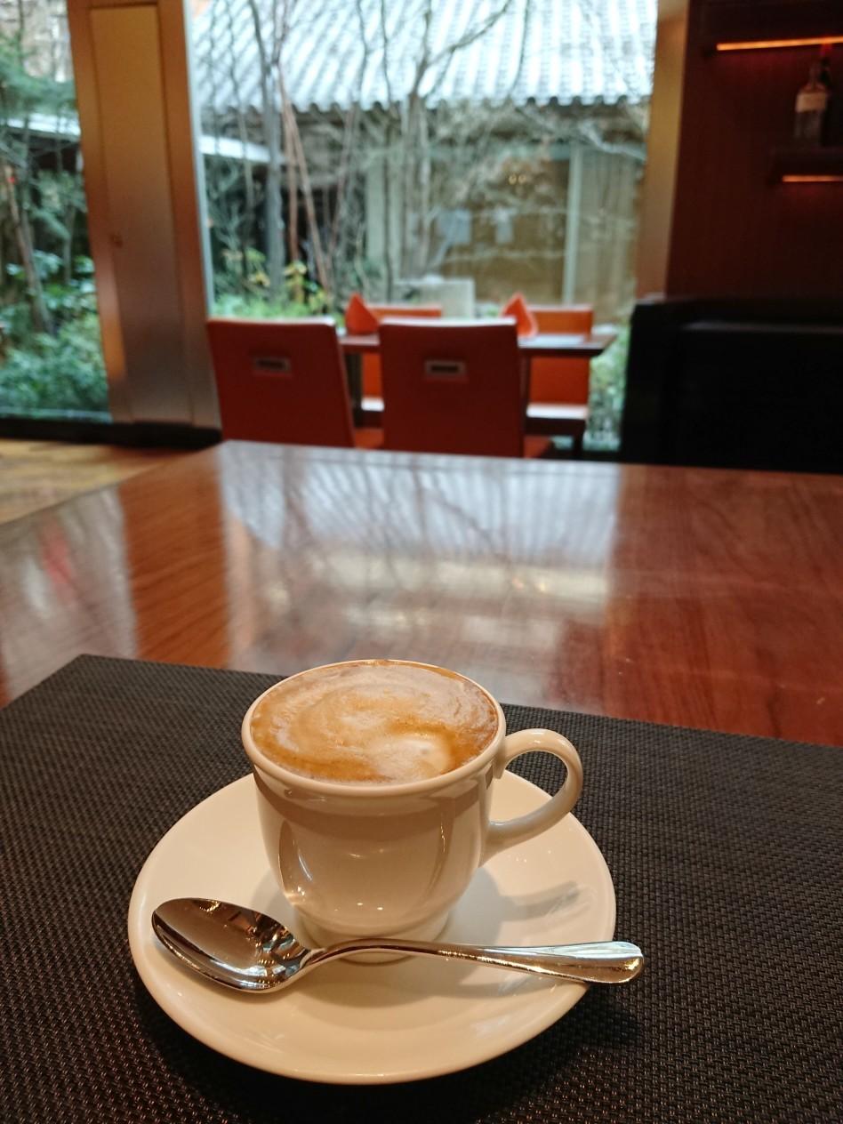 最後は温かいカフェオレで中庭の緑に癒されて