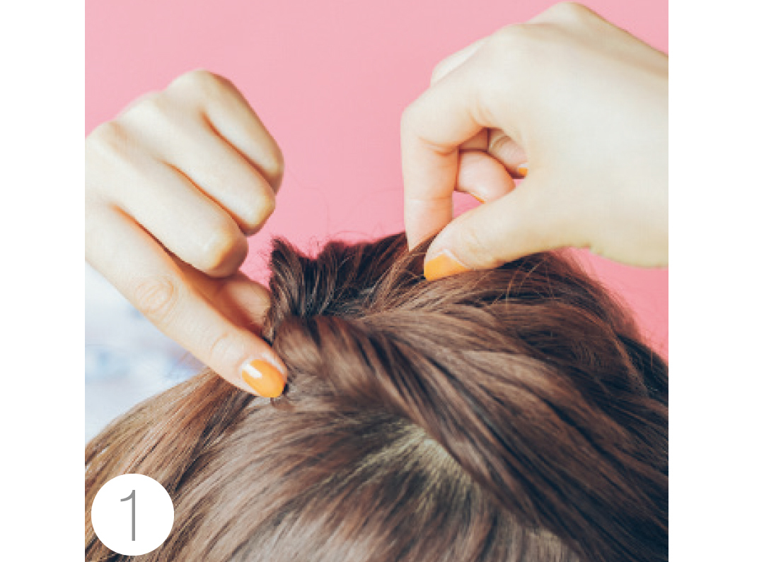 耳上の髪を取り手ぐしでざっくりまとめて結び、くるりんぱにする。結び目を片手で押さえながらトップを引き出して立体感を出す。