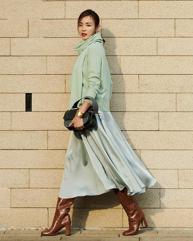 シンプルなウールニットと光沢素材のスカート