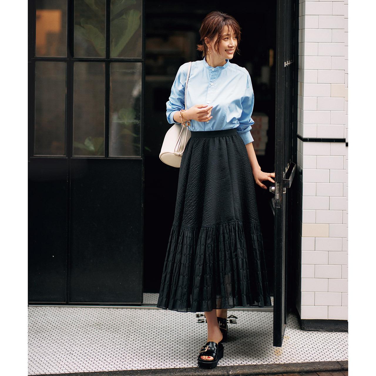 ブルーのシャツ×黒のティアードスカートコーデ
