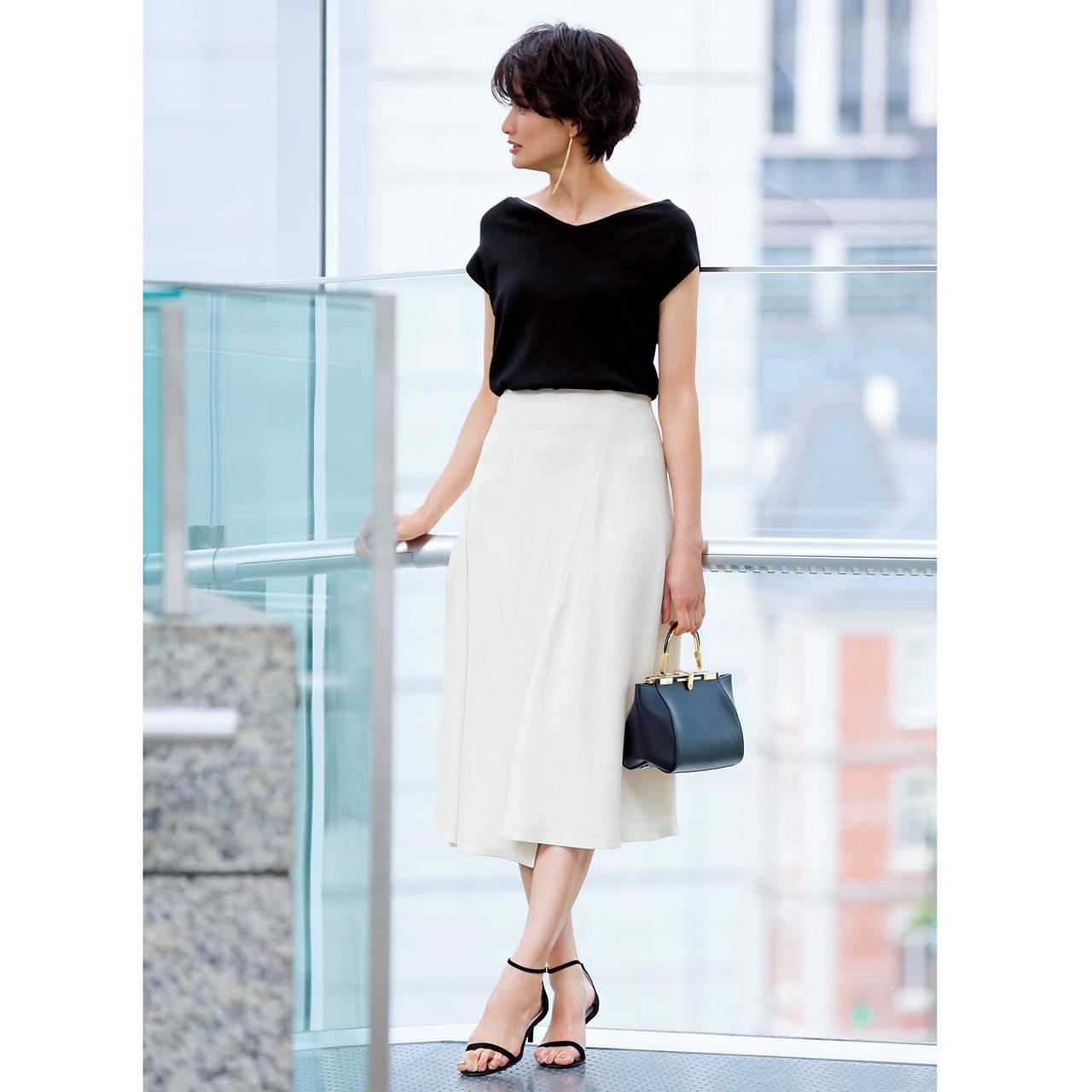 黒ニット×白フレアスカートでモノトーンコーデ