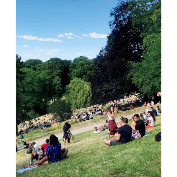再開した公園はピクニックや読書を楽しむパリジャンで大にぎわい