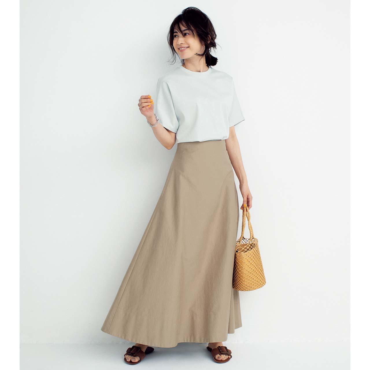 Tシャツ×フレアスカートコーデを着たモデルの高垣麗子さん