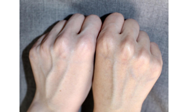 左手にピュアミルクホワイトトーンアップクリームを塗りました。