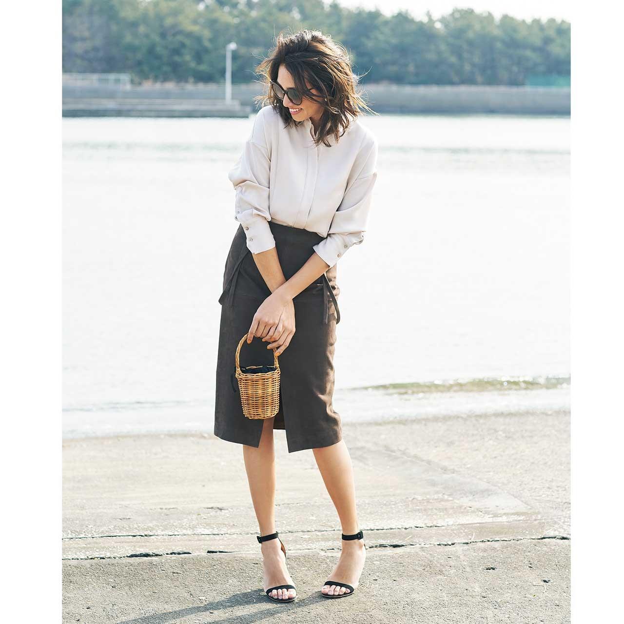 ベージュのシャツ×タイトスカートコーデを着たモデルのRINAさん