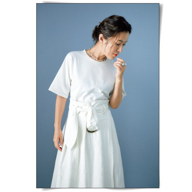白の服でコーディネートした大草直子さん
