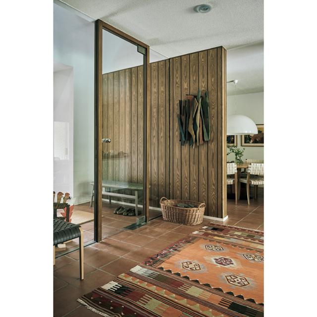 玄関を入るとリビングやその先の庭まで一望できるガラスの大きな扉