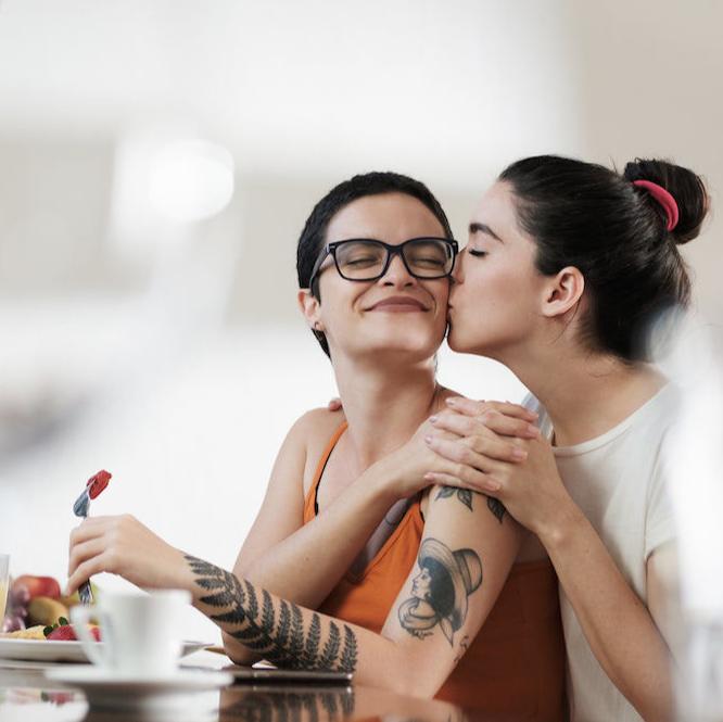 同性カップルの知られざる「同棲」事情。「物件がない」と断られることも?|Forbes JAPAN