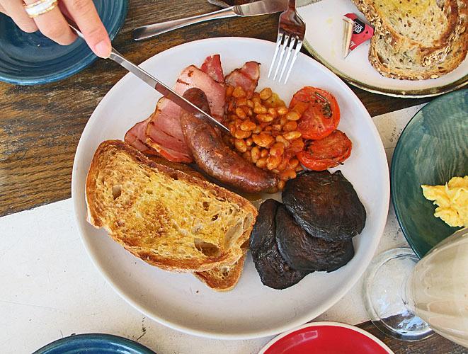 オーストラリアの食事と言ったら、ミートパイ!と肉とポテトと揚げ物。_1_7