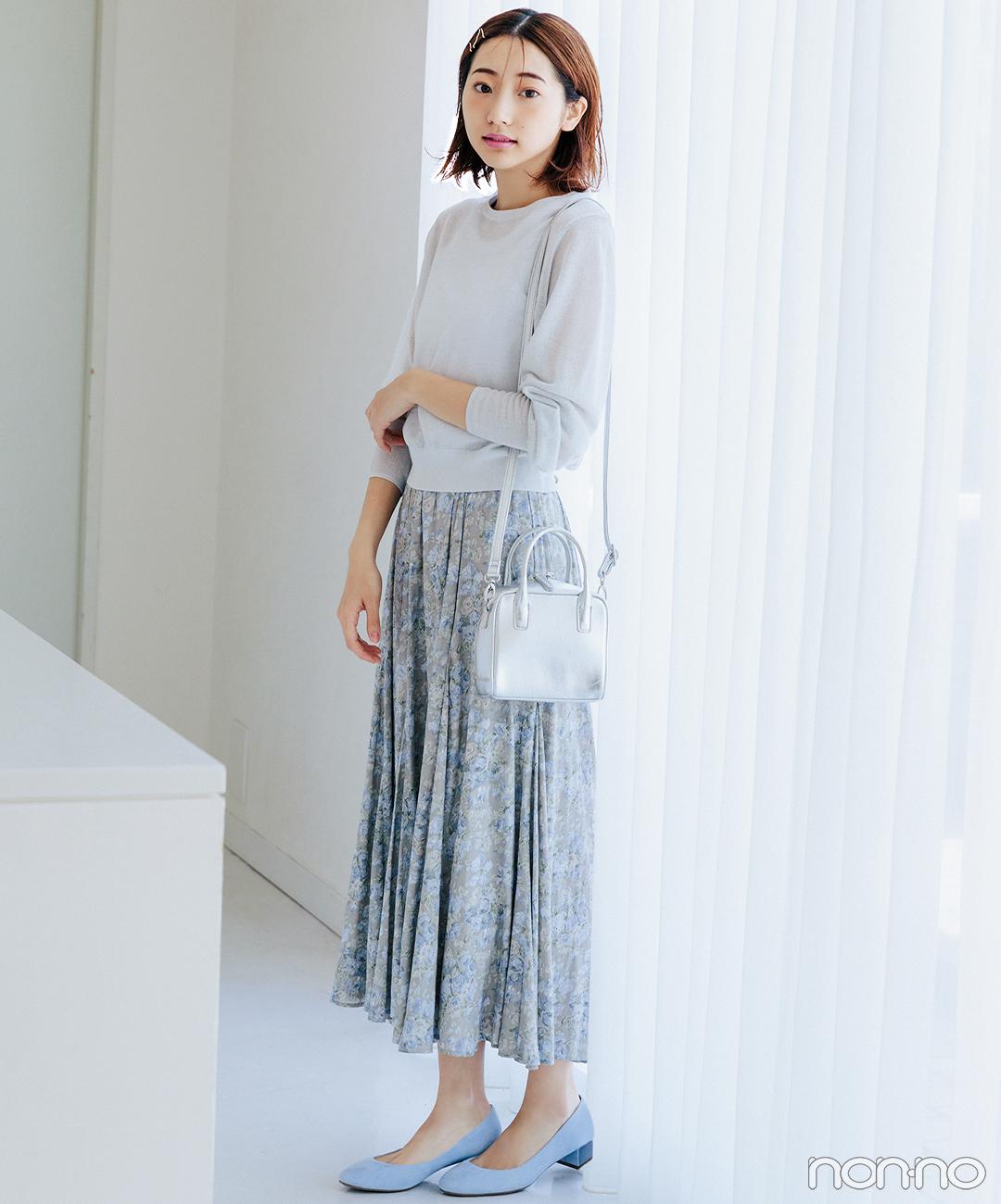 寒色トーンの小花柄スカートで大人なフェミニンスタイル【毎日コーデ】