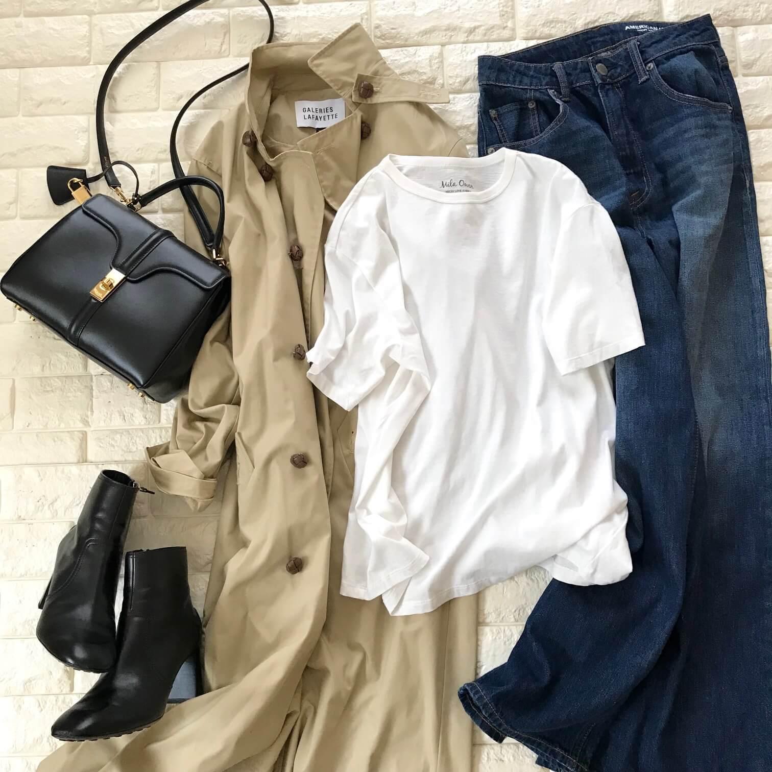 白Tシャツとトレンチを合わせた画像