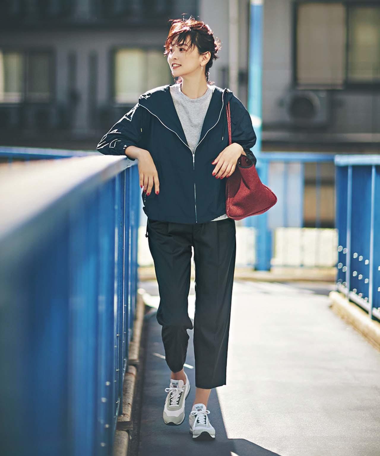STUNNING LURE タックパンツの黒パンツ×ブルゾンコーデを着たモデルの五明祐子さん