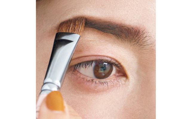 眉は短く描いて、顔幅を狭く見せる