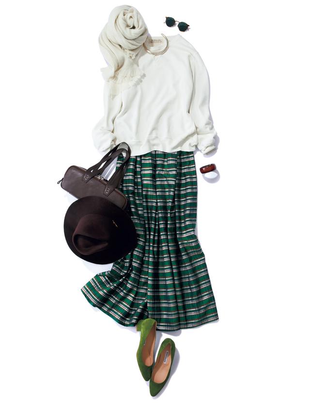 スウェットと光沢スカートのコーデ