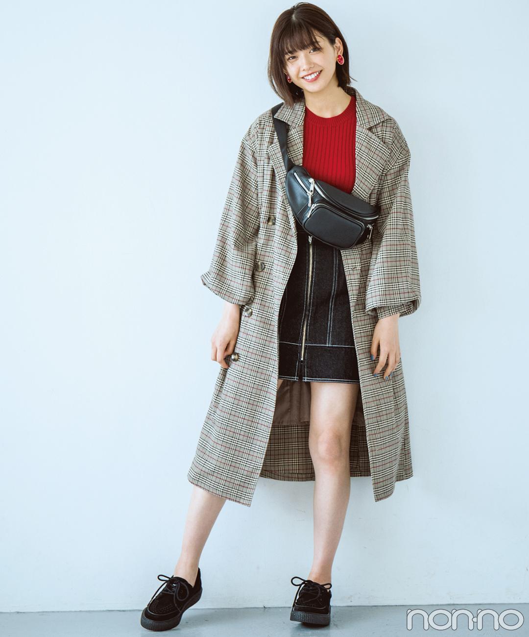 【2018秋冬スカートコーデ】ミニスカート×赤ニット×チェックコート×スニーカー